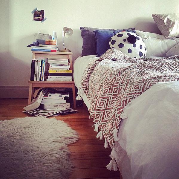 pile_de_livres_chambre_decoration_inspiration_deco_scandinave_plaid_maisons_du_monde
